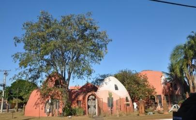 Espaço com arquitetura  Inspirada nas formas orgânicas do cerrado oferece sessão de cinema gratuita