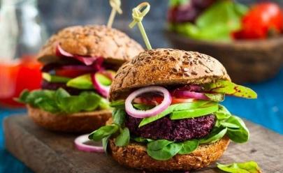 Feira criativa incentiva a gastronomia vegana e o cuidado com os animais em Goiânia
