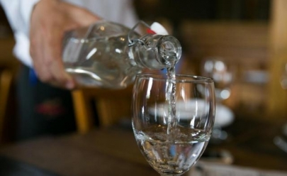 Bares e restaurantes em Goiás podem ser obrigados a servir água filtrada de graça aos clientes