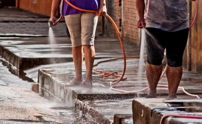 Lavar calçada com água tratada pode ser proibido em Goiânia