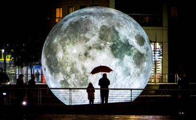 Artista cria réplica gigante da Lua que vai rodar o mundo; veja fotos