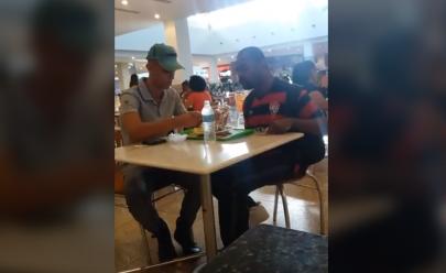 Funcionário de restaurante dá comida na boca de cliente com necessidades especiais e vídeo viraliza
