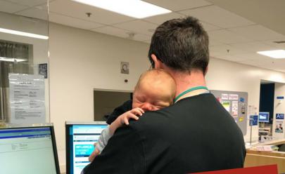 Médico emociona internautas ao confortar bebê de mãe solo enquanto ela estava na emergência