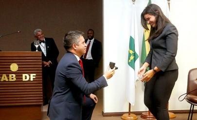 Em cerimônia na OAB de Brasília, advogado pede a namorada em casamento ao estilo tradicional
