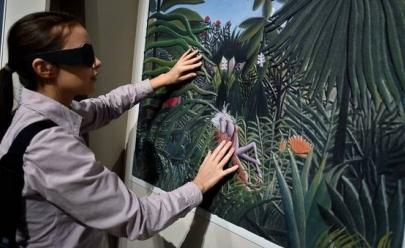Exposição em Goiânia proporciona experiência acessível para público com deficiência visual