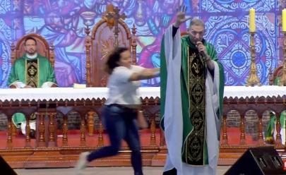 Padre Marcelo Rossi é agredido durante missa ao vivo; assista