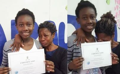 Garota conquista prêmio escolar e reação da mãe emociona a internet; veja