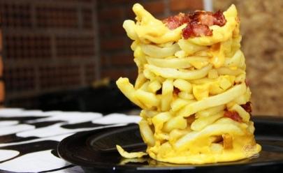 Torre gigante de batata frita e bacon é a gordice que conquistou a web