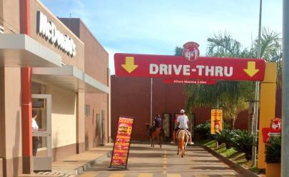 Homens vão a cavalo para drive thru e chamam a atenção de pedestres em Goiânia