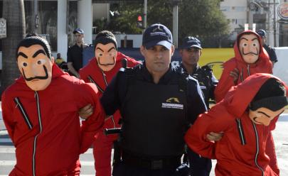 Homens vestidos com roupas da série 'La Casa de Papel' chamam atenção em Goiânia