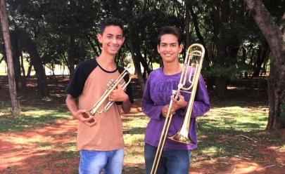 Adolescentes emocionam trânsito de Goiânia com música clássica