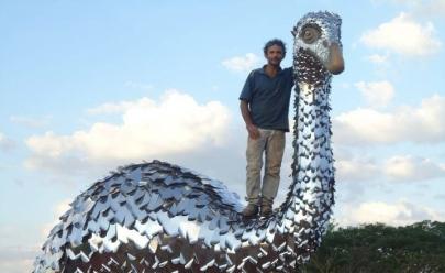 Artista goiano restaura suas obras vítimas da ação do tempo e do vandalismo