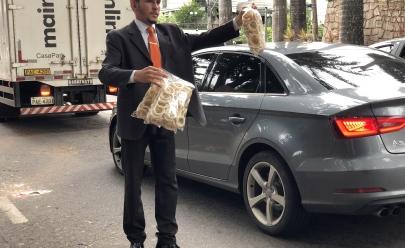 Vendedor de biscoito com terno e gravata faz sucesso em semáforo de Goiânia