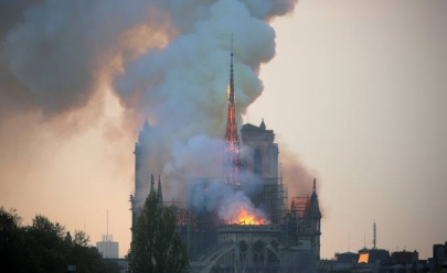 Catedral de Notre Dame em Paris é atingida por incêndio