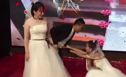 Mulher interrompe casamento vestida de noiva e pede para voltar com ex; assista