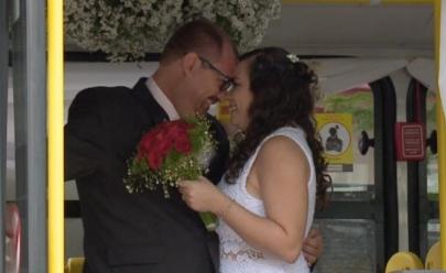 Casal oficializa união em ônibus da mesma linha em que se conheceu, há dez anos
