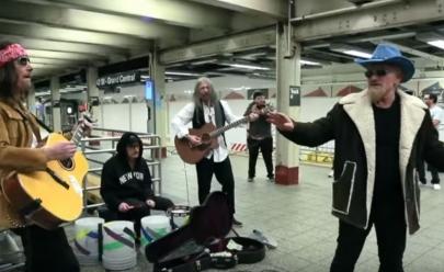 U2 se disfarça e faz apresentação surpresa para passageiros do metrô de Nova Iorque; assista ao vídeo