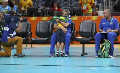 Choro do neto de Zé Roberto na despedida do vôlei feminino é uma das imagens mais tocantes da Rio 2016