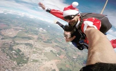 Papai Noel paraquedista entrega mais de 200 brinquedos para crianças carentes de Goiânia