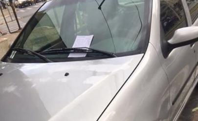 Bilhete deixado em para-brisa de carro chama a atenção de internautas em Goiânia