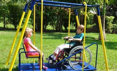 Lei pode obrigar a instalação de brinquedos para crianças deficientes em praças de Goiânia