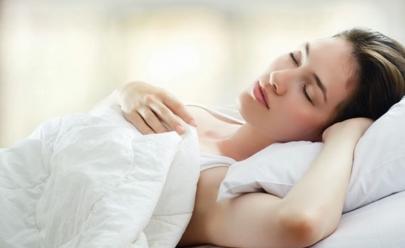 De lado, de costas ou de bruços – qual a posição certa pra dormir?