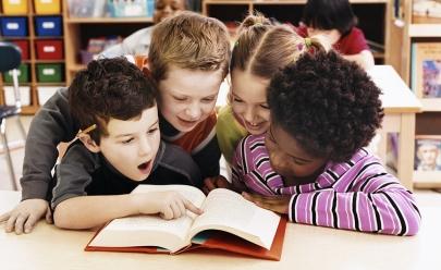 Ler para uma criança na primeira infância contribui para seu desenvolvimento emocional, diverte e estimula o bom desempenho escolar