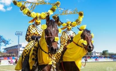Fantasias coloridas, irreverência e folclore: conheça os mascarados de Pirenópolis