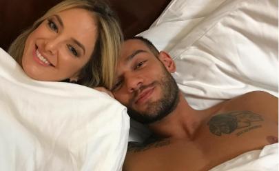 Ticiane Pinheiro está solteira e aparece na cama ao lado de Lucas Lucco sem camisa