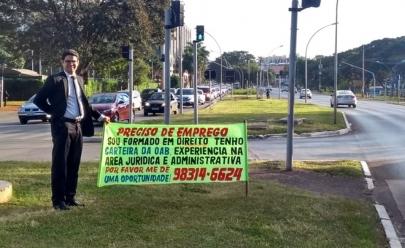 Advogado que pediu emprego no sinal consegue vaga em empresa de Brasília