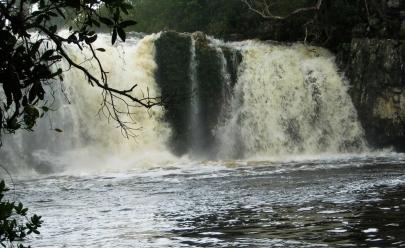 Tromba d'agua pega banhistas desprevenidos na cachoeira Santa Bárbara em Cavalcante