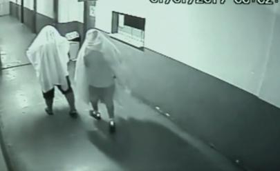 Vídeo: Dois ex-secretários se disfarçam de 'fantasmas' para furtar Prefeitura em Goiás