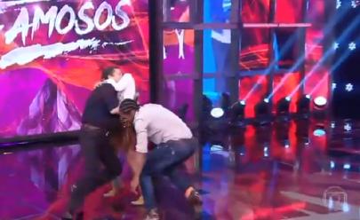 Faustão é derrubado ao vivo por Adriane Galisteu no Dança dos Famosos; assista