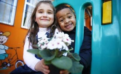Após empurrar menina, garoto de 4 anos pede desculpa com flores