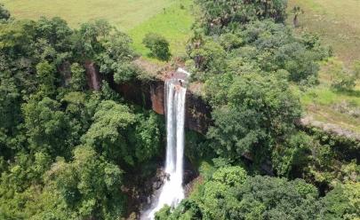 Descobrimos a Cachoeira Itambé em Aloândia, uma paisagem incrível e ideal para rapel em Goiás