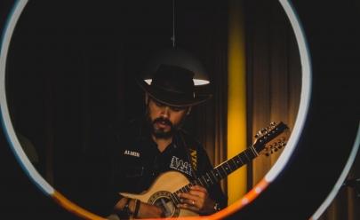 Mestre em Música pela UFG, o violeiro Almir Pessoa comemora 21 anos de carreira com show especial no Teatro Sesc em Goiânia