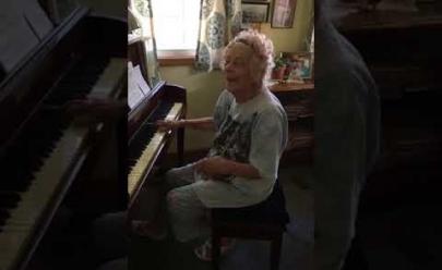 Aos 104 anos, professora aposentada emociona ao tocar Beethoven no piano