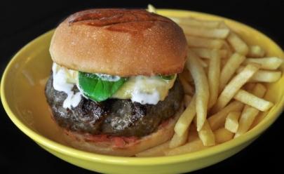 Conheça os segredos do hambúrguer premiado como o melhor de Goiânia