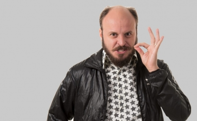 Humorista Paulinho Serra traz seu show de stand-up a Brasília