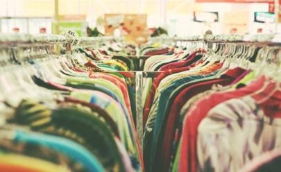Bazar beneficente troca materiais recicláveis por peças de vestuário em Goiânia