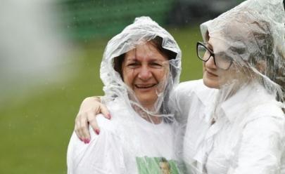 Mãe do goleiro Danilo da Chapecoense emociona torcida na Arena Condá