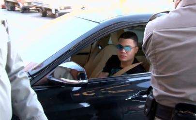Felipe Araújo é flagrado dormindo dentro de carro em Goiânia