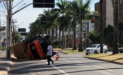 Caminhão tomba na Avenida 85, em Goiânia
