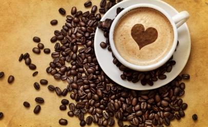 Cafeteria em Goiânia promove troca de roupas usadas por café em ação social