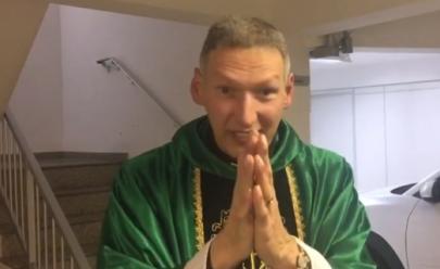 Em vídeo, Padre Marcelo Rossi afirma que 'Maria passou na frente' após ser empurrado de altar durante missa