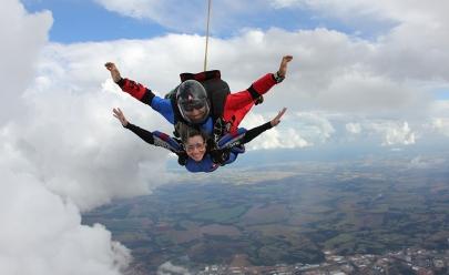 Alta adrenalina em Anápolis: salto de paraquedas duplo por menos de R$ 500
