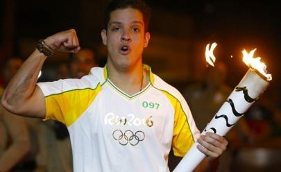 Repórter do SporTV cai ao levar a tocha olímpica em Santa Catarina; veja o vídeo