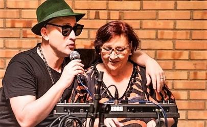 Paulo Gustavo divide o palco com sua mãe no espetáculo 'Filho da Mãe' em Goiânia