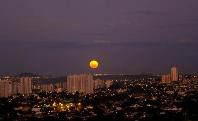Grupo oferece telescópio para observar a última Super Lua do ano em Goiânia