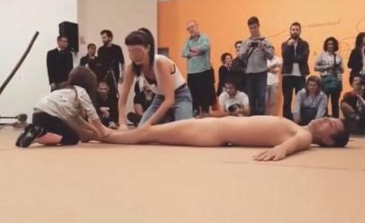 Em performance no MAM, criança interage com homem nu e vídeo gera polêmica